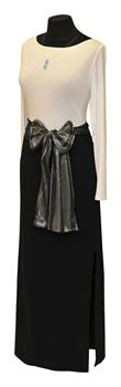 Obrázek Variace belaroma bílo-černá - tričko dlouhý rukáv s lodičkovým výstřihem, černá sukně dlouhá úplet, mašle stříbrno-šedá